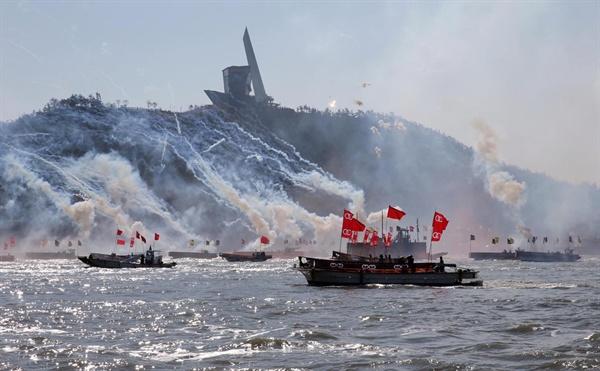 명량대첩축제 때 재현한 해상전투. 전라남도는 명량대첩축제 때마다 해상전투를 재현, 관람객들에게 흥미진진한 볼거리를 선사하고 있다.