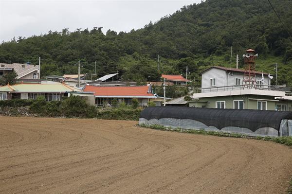 진도 내동마을 전경. 명량대첩 이후 마을 앞 바닷가로 떠밀려 온 일본군의 시신을 거둬 묻어준 사람들의 후손이 모여살고 있다.