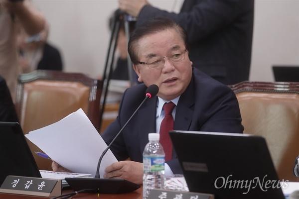청문회장에서 자유한국당정갑윤 의원이 후보자에게 질의하고 있다.