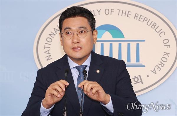 바른미래당 오신환 원내대표가 4일 오전 국회 정론관에서 조국 법무부 장관 후보자 인사청문회 관련 기자회견을 하고 있다.