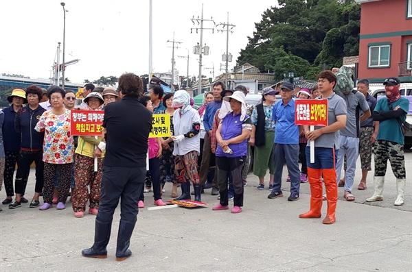 생존권 투쟁에 나선 안면도 어민들 안면도 어민들이 대전지방국토관리청의 현장실사단의 방문에 맞춰 어업피해 전면 재조사와 피해보상을 요구하는 집회를 가졌다.