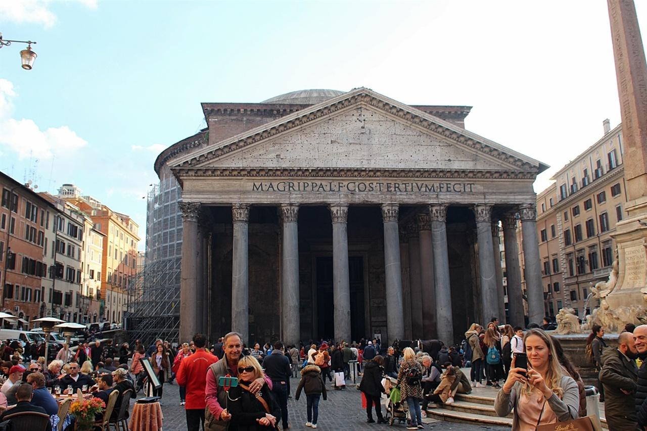 세계 건축사에 불후의 명작으로 손꼽히는 로마 판테온 신전 정면 모습