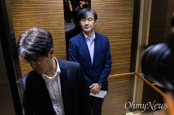 법무부 장관 후보자 조국 전 청와대 민정수석이 4일 오후 서울 종로구 인사청문회 준비 사무실 로비에서 여야 합의로 6일 열릴 인사청문회에 대해 입장을 발표를 마치고 돌아서고 있다.