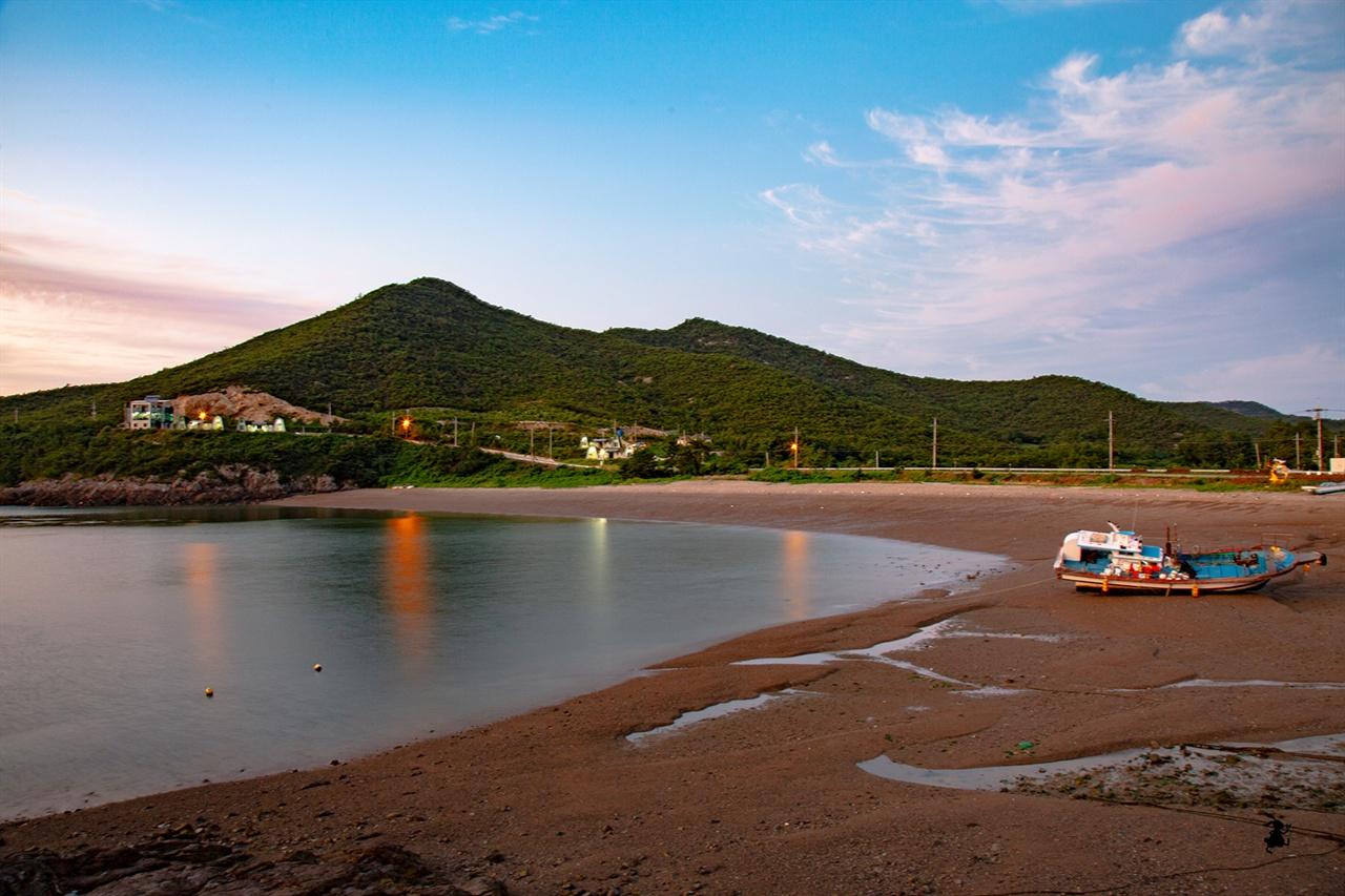 깊은금 해수욕장 위도해수욕장만큼 크진 않지만 섬의 정취를 그대로 느낄 수 있는 곳이다.