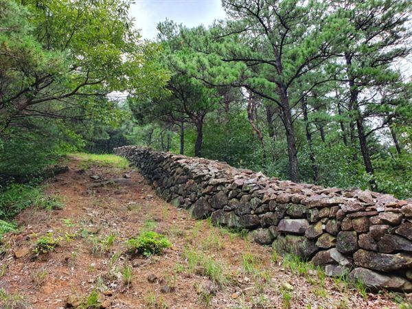 석주관 성각 1592년(선조 25년) 임진왜란 때 전라도 방어사 곽영이 11월에 성을 쌓았고 구례 현감 이원춘으로 하여금 지키게 하였습니다.
