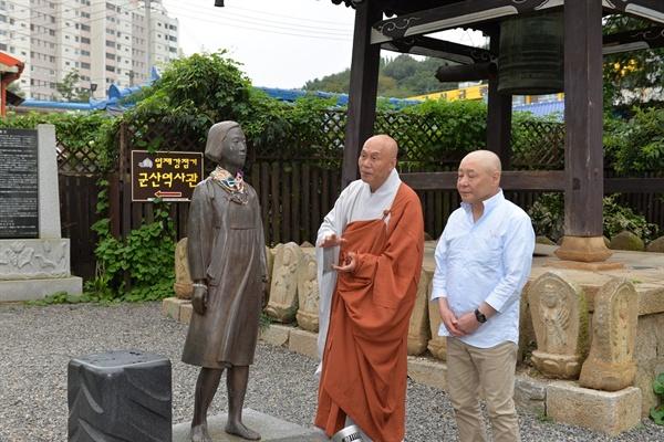 공동성명 발표 후 소녀의상을 둘러보는 종걸 스님과 이치노헤 스님. 이날 이치노헤 스님은 기자회견을 통해 일본이 진행하고 있는 경제보복의 부당성을 지적했다.