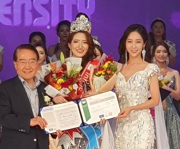 한민희 양 최고의 상인 대상(지상)으로 뽑힌 한민희 양(중)이 전년도 우승자인 이은수 양(우)에게  왕관을 받고 기념사진을 촬영했다.