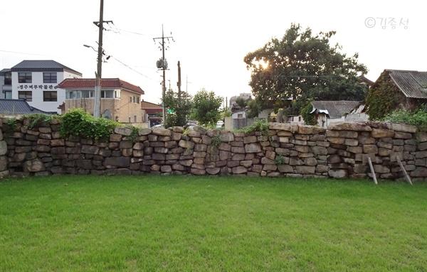 마을을 감싸듯이 지나는 읍성 성벽.