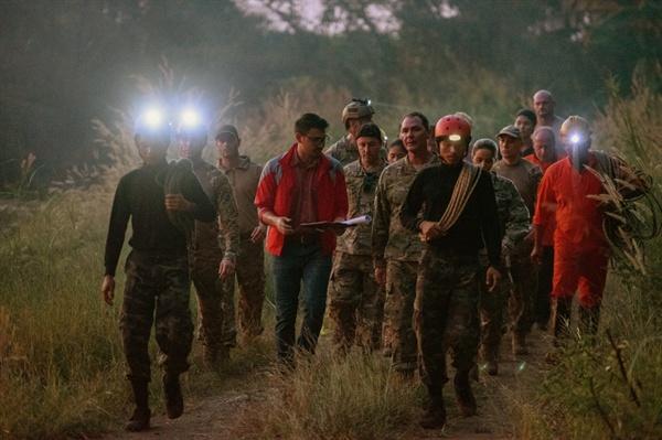 태국의 유소년 축구팀 선수들이 급작스러운 폭우로 인해 동굴에 갇힌 실제사건을 그린 영화 <동굴>