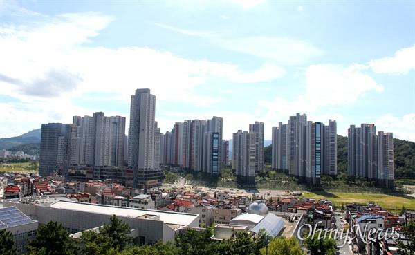 대규모 복합쇼핑몰인 스타필드 창원점 예정 부지(사진에서 아파트 단지 앞 공터).
