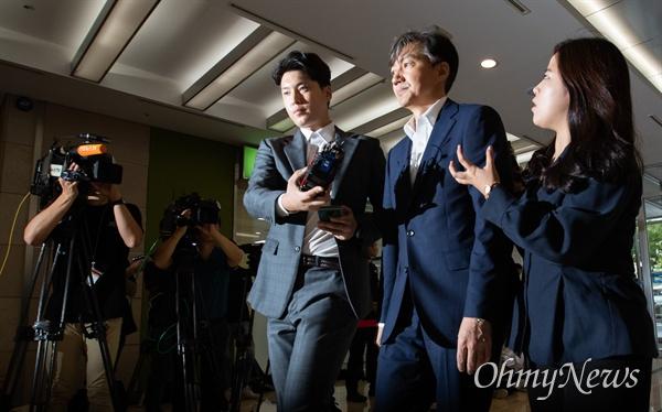 인사청문회를 하루 앞둔 조국 법무부 장관 후보자가 5일 오전 서울 종로구 인사청문회 준비 사무실로 출근하고 있다.