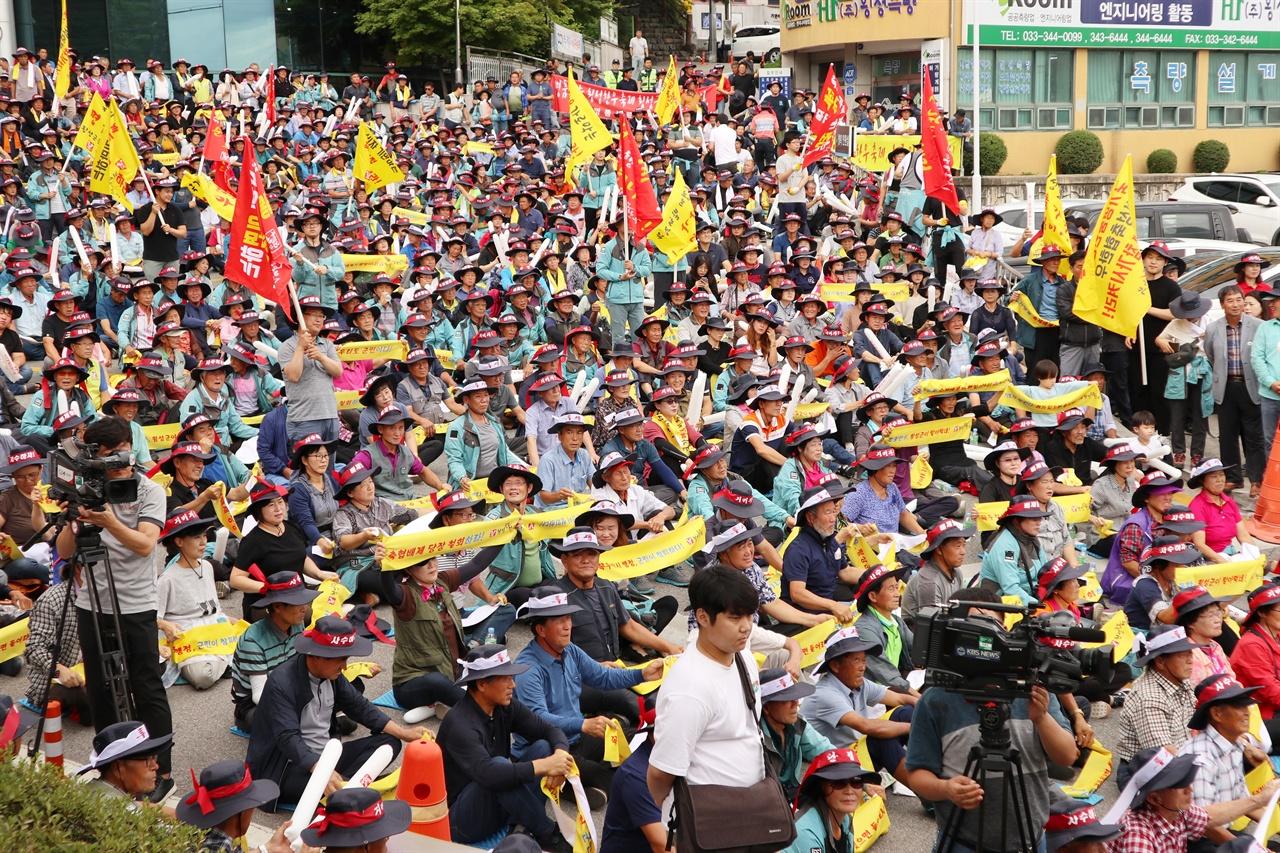 횡성축협조합은 지난 4일 횡성군 청사 앞에서 횡성한우축제 배제 철회를 요구하는 대규모 항의 집회를 열었다.