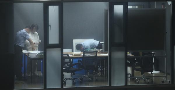 27일 저녁 서울 강남구의 한 빌딩에서 검찰 관계자들이 조국 법무부 장관 후보자 가족이 투자한 사모펀드 운용사 코링크프라이빗에쿼티 사무실을 압수수색하고 있다. 2019.8.27