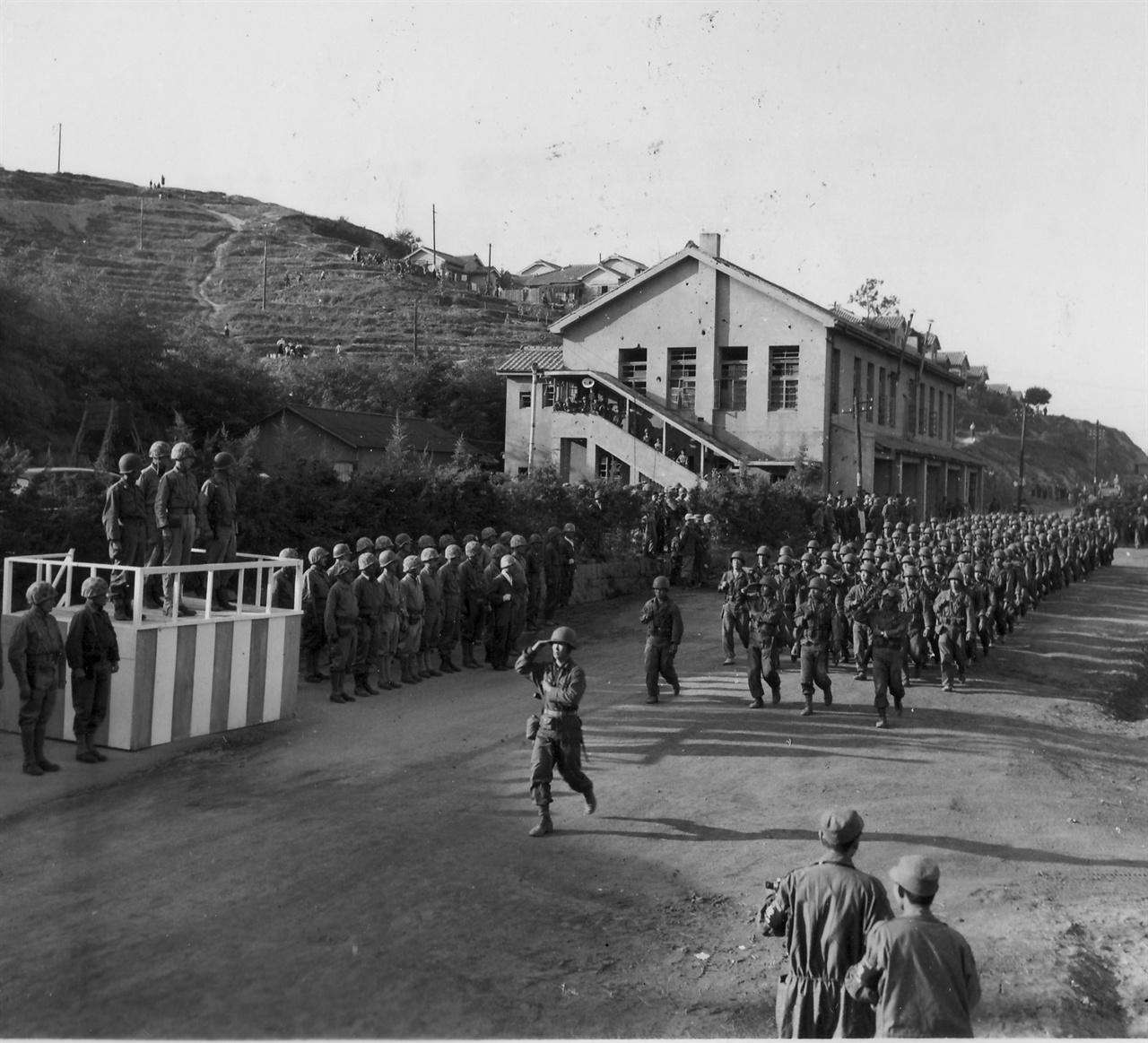 미 해병부대의 열병(1950. 10. 10.).