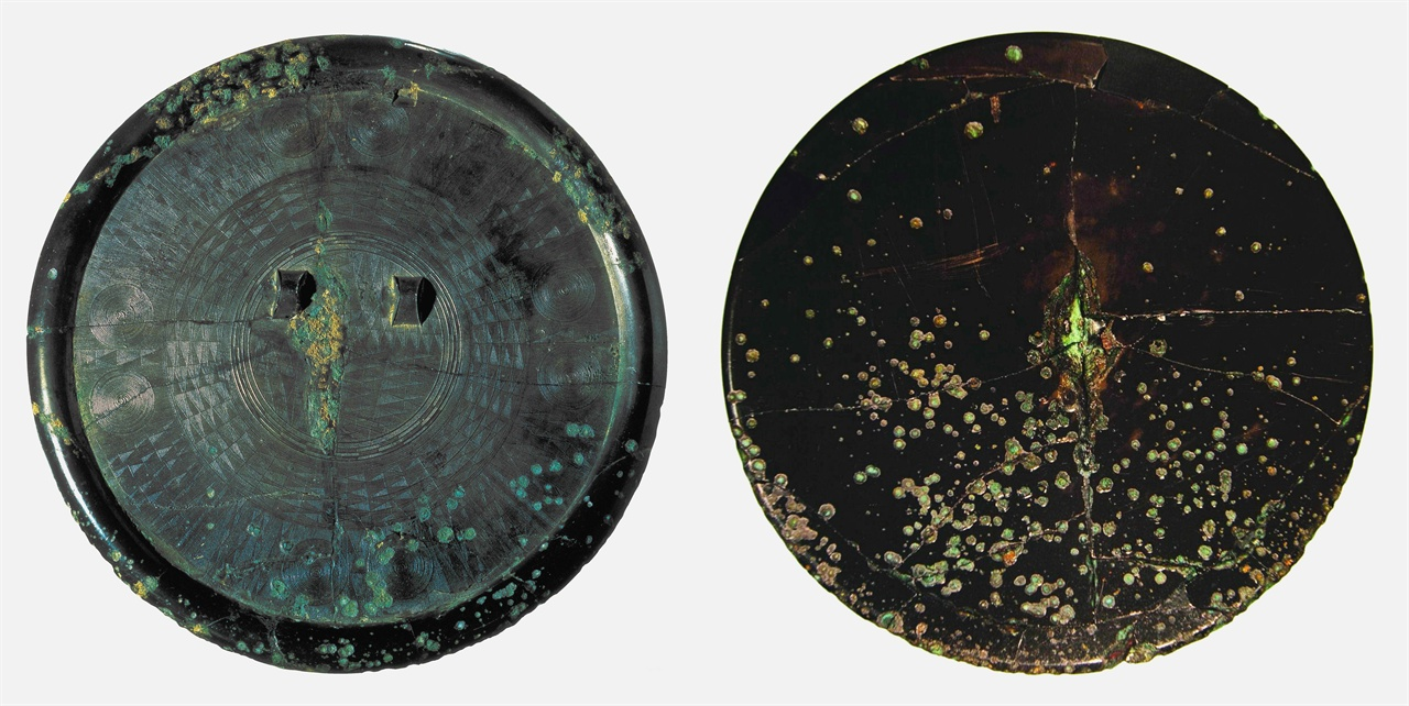 국보 제141호 다뉴세문경 〈사진168〉 다뉴세문경 뒷면(왼쪽)과 앞면. 지름 21.2cm. 기원전 3세기에서 2세기.