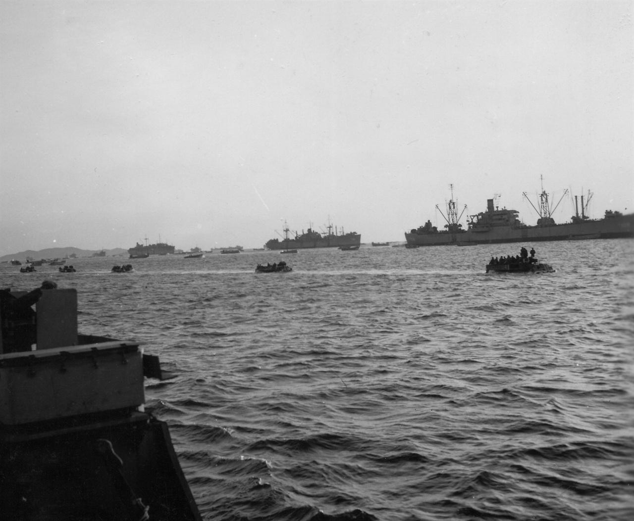 원산 상륙작전에 동원된 함정들(1950. 10. 15.).