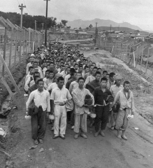 부산포로수용소에서 포로들이 식사를 하러 가고 있다(1950. 10. 19.).