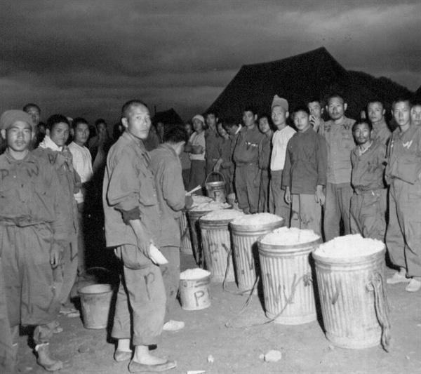 부산포로수용소에서 포로들이 배식을 하고 있다(1950. 10. 19.).