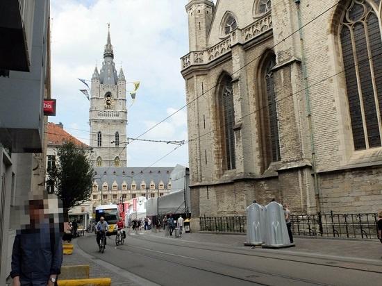 헨트 축제 기간 중 설치된 길거리 남자 간이 화장실  뒤쪽으로 헨트의 상징 종탑이 보이고 화장실은 Sint-Baafskathedraal 성당 바로 옆에 설치되어 있다. 이 사진은 2017년 헨트 축제기간 중에 찍은 거고 매년 똑같은 모양의 간이 화장실이 설치된다.