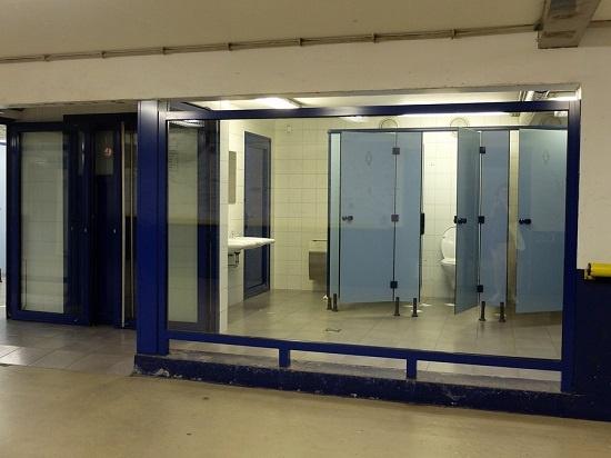 헨트 남부터미널 지하 화장실 화장실 통로 벽이 유리로 되어 있어 지하에 설치되어 있지만 위험을 미연에 방지했다.