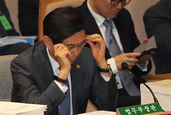 박상기 법무부 장관이 5일 오전 열린 국회 예결위 전체회의에서 안경을 고쳐 쓰고 있다. 2019.9.5