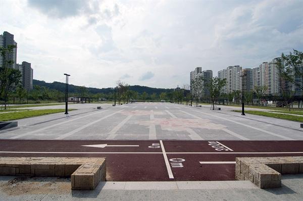 왕산루 쪽에서 바라본 왕산광장. 서울시청 앞 잔디광장(1950평)보다 큰 2420평의 이 광장은 졸지에 '산동광장'이 되었다.