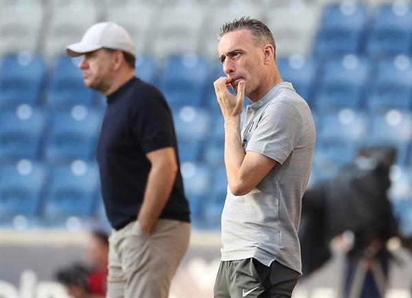 심각한 표정 6일 오전(한국시간) 터키 이스탄불 파티흐 테림 스타디움에서 열린 한국과 조지아의 평가전이 2-2 무승부로 끝났다.  경기 종료 직전 벤투 감독이 심각한 표정을 짓고 있다.