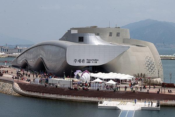 주제관 2012여수세계박람회 기간중의 주제관과 관람객 모습