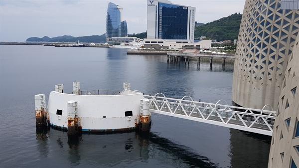 현재의 주제관 모습 주제관의 바다쪽 건축물은 녹이 슬었다.