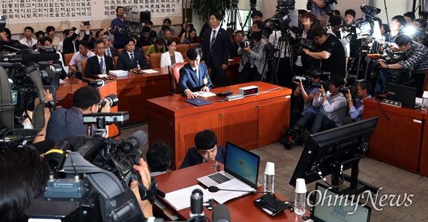 인사청문회 출석한 조국 향한 카메라 6일 오전 서울 여의도 국회에서 열린 조국 법무부장관 후보자 인사청문회에 조 후보자가 참석해 앉아 있다.