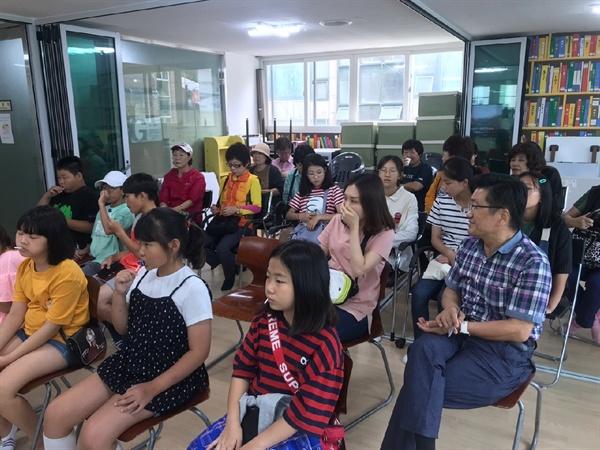 성남 논골마을을 찾은 지동 주민과 어린이들 지동 마을자치공동체 사람들은 '노을빛 사람들 축제'를 준비하기 위해 성남시 논골마을을 찾았다.