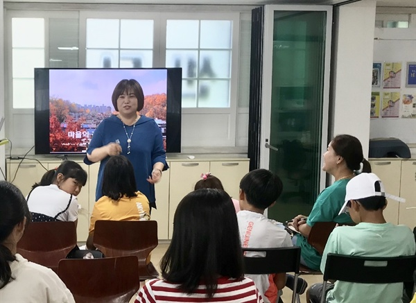 단대동 논골마을 이야기를 전해주는 윤수진 논골도서관장 유쾌한 윤수진 관장의 이야기를 지동주민들과 아이들이 경청하고 있다.