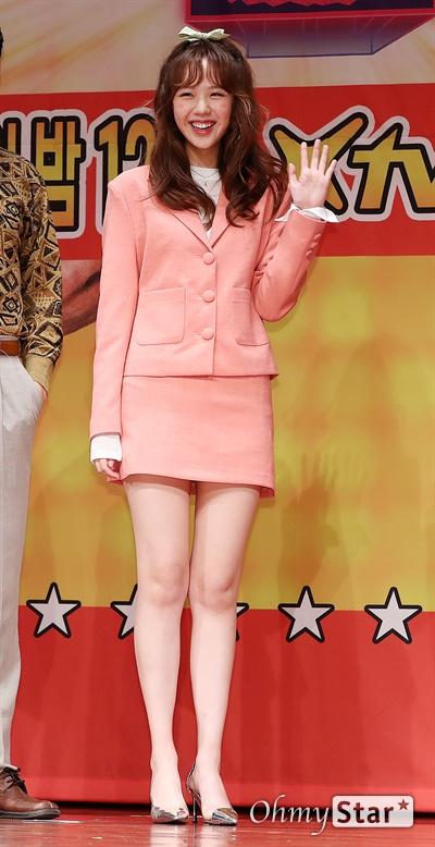 '최신유행 프로그램2' 지예은, 보조개 여신 배우 지예은이 6일 오후 서울 상암동 누리꿈스퀘어에서 열린 XtvN <최신유행 프로그램2> 제작발표회에서 포토타임을 갖고 있다. <최신유행 프로그램2>는 tvN의 롤러코스터와 SNL을 계승, 최신 트렌드와 유행 코드를 담은 '아싸써커스', '요즘것들 탐구생활', '스타트-엇!?'으로 구성된 버라이어티 프로그램이다. 7일 토요일 밤 12시 첫 방송.