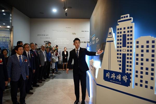 재개관식 참석자들이 대전통일관을 둘러보고 있다.