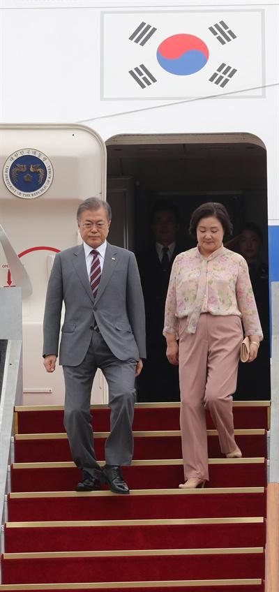 동남아 3개국 순방 후 귀국한 문재인 대통령과 김정숙 여사가 6일 오후 서울공항에 도착한 공군 1호기에서 내리고 있다.