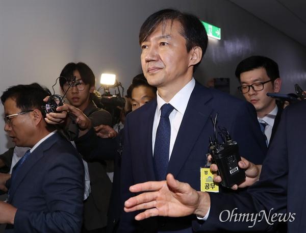 조국 법무부 장관 후보자가 6일 국회 법제사법위원회에서 열린 인사청문회를 마친 후 나서고 있다.