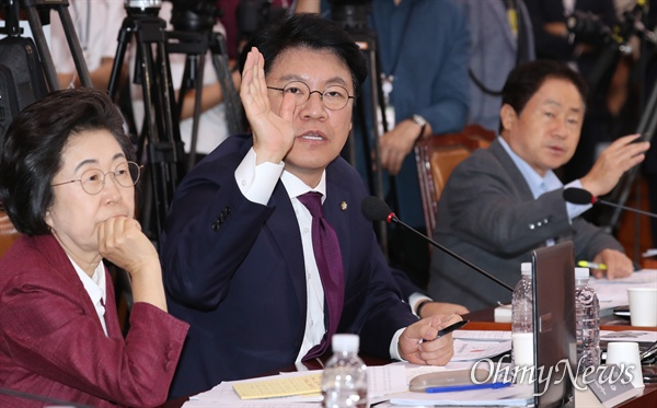 자유한국당 장제원 의원이 6일 국회 법제사법위원회에서 열린 조국 법무부 장관 후보자 인사청문회에서 의사진행발언을 하고 있다.