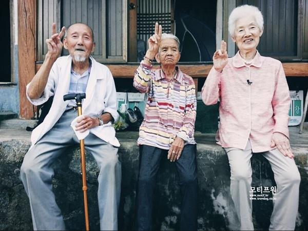 아내의 선택으로 한 지붕 아래에서 노년을 함께 보낸 부모님과 장모님.