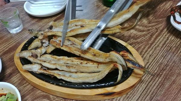 노릇노릇 구워낸 깨장어(붕장어)를 먹기좋게 자른다.