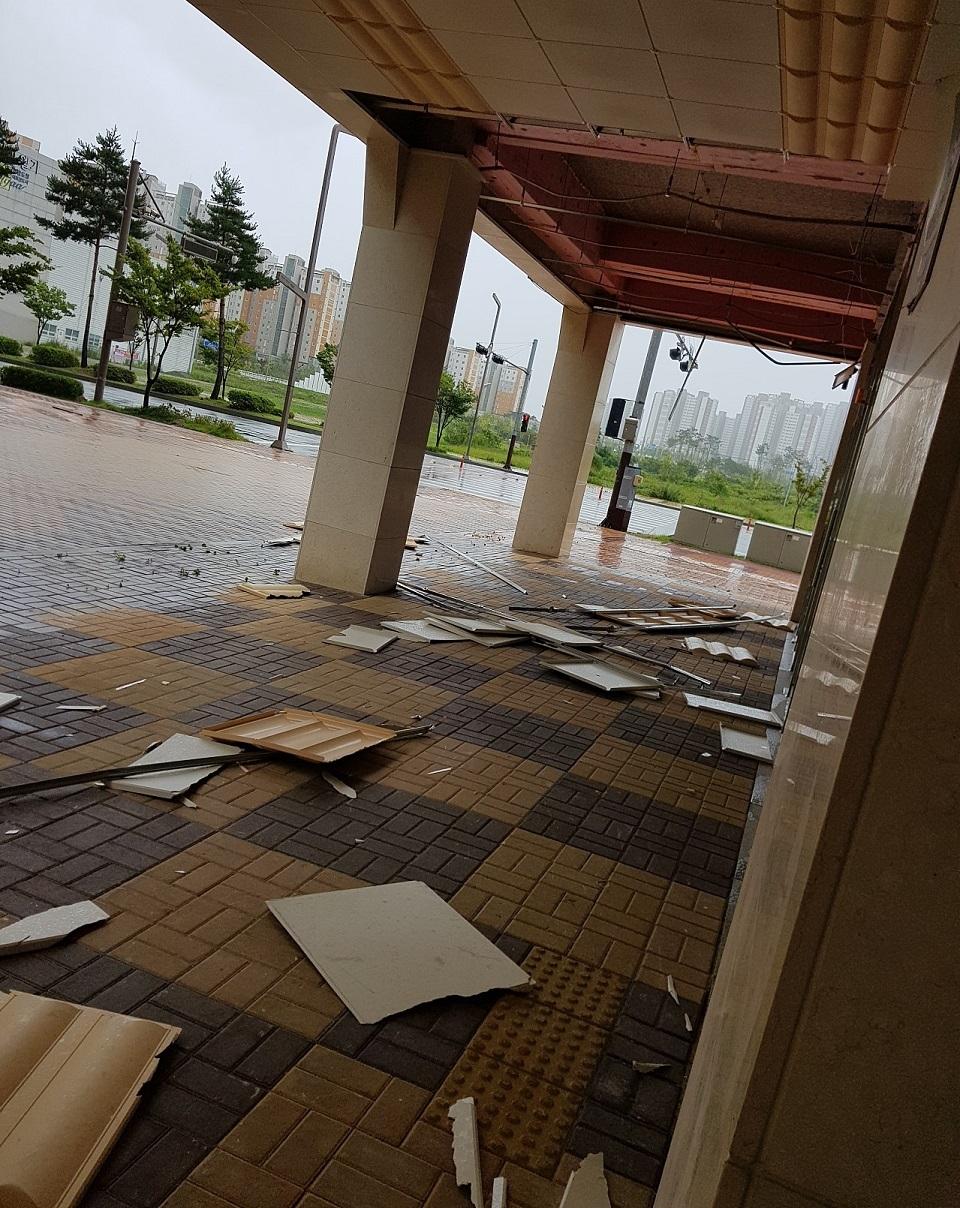 내포신도시 한 건물의 복도 천장이 강한 바람에 의해 무너져 내렸다.