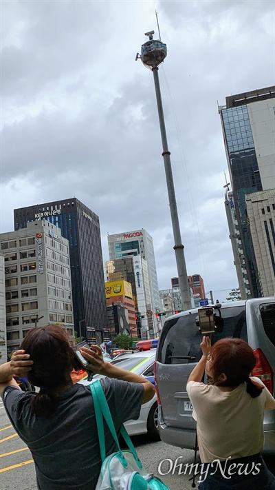 삼성해고노동자 김용희씨가 7일 낮 서울 강남역 4거리 CCTV 철탑 위에서 복직을 요구하며 90일째 고공농성을 벌이고 있다.