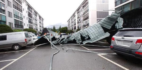 7일 오전 전북 남원시 향교동의 한 아파트 지붕이 태풍 '링링'이 몰고 온 강풍에 무너져 주차장으로 떨어져 있다.