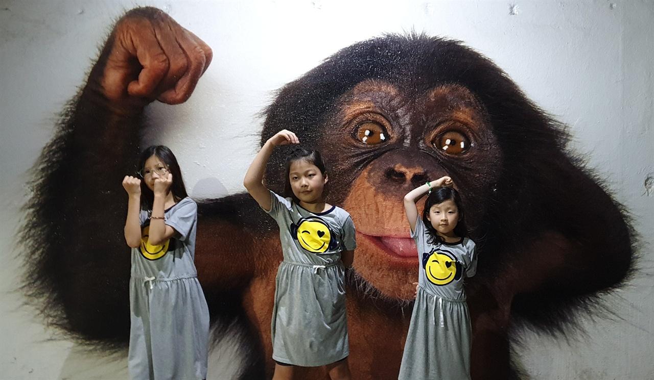 댈러스 동물원 고릴라 벽화 앞에서 포즈를 취한 손녀