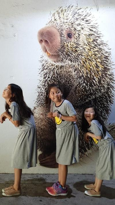 동물원 벽화 손녀들이 다양한 포즈를 취해 준다.