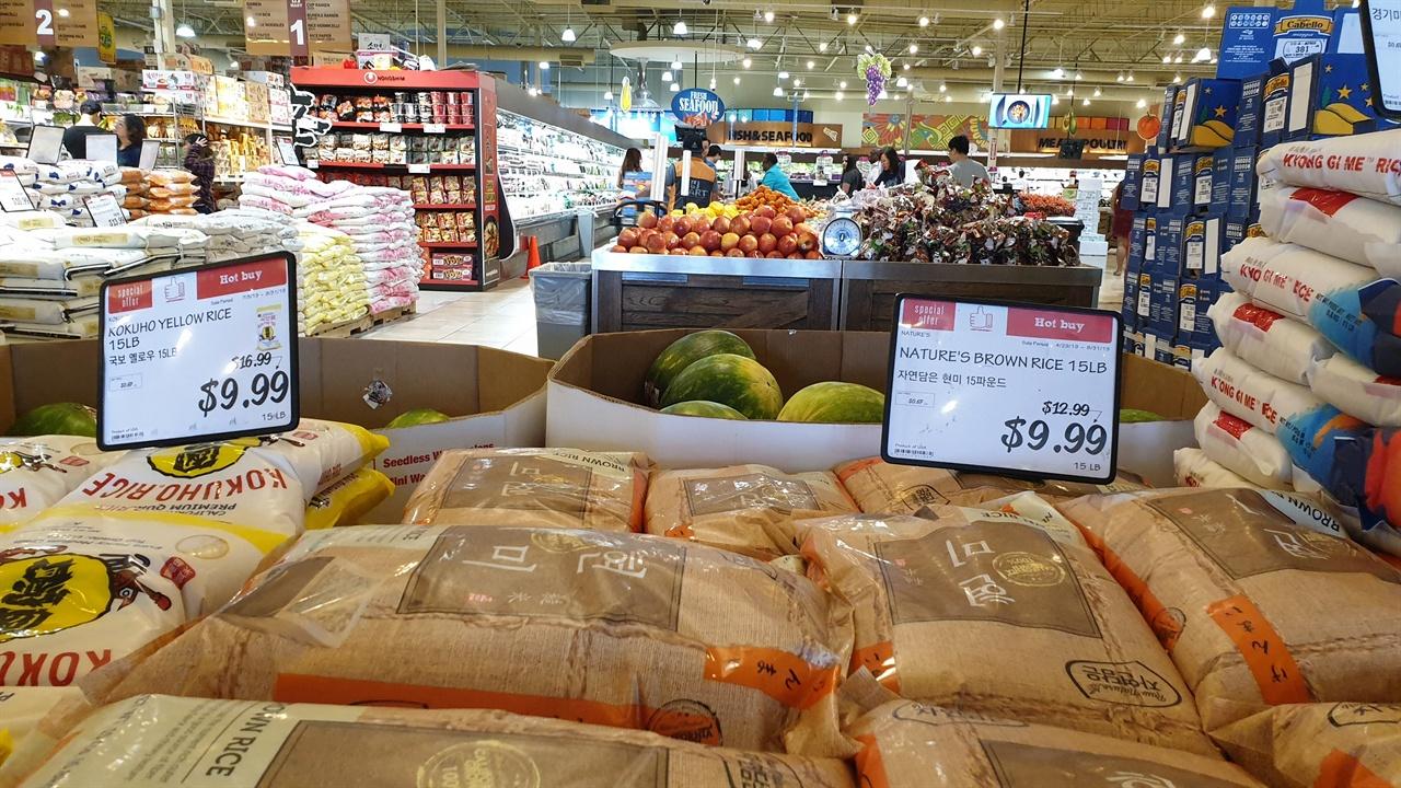 한인마트 쌀, 사과  등 우리 농산물이 진열되어 있다.
