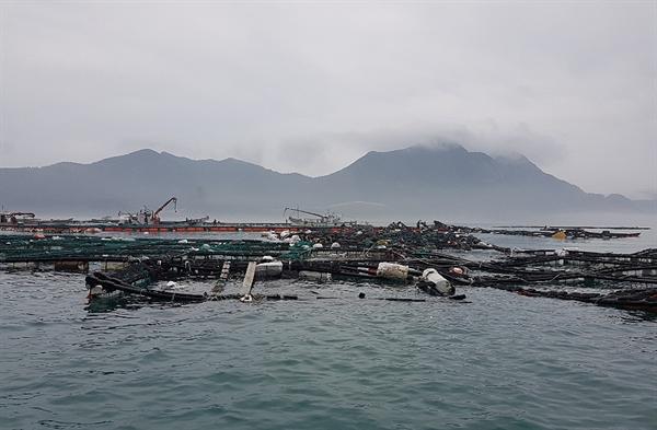태풍 링링으로 전남 신안군에서만 어선침수 및 유실 10척, 전복 및 우럭가두리 유실 25조 등의 피해가 잠정 집계됐다.