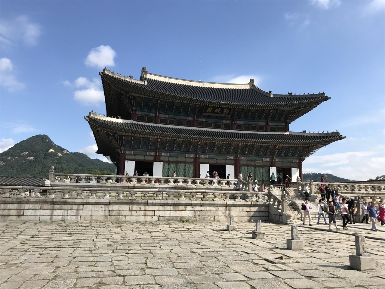 근정전 경복궁 근정전은 우리나라에 현존하는 건물 중 가장 큰 목조 건축물이다. 근정전 용상은 왕의 상징이지만 일제 강점기에는 조선 총독이 이 자리에 앉았다.