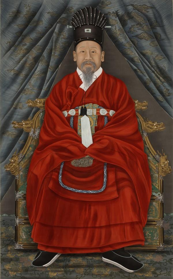 고종황제 어진 국립고궁박물관에 소장된 고종 황제의 어진. 통천관에 강사포를 입은 모습이다. 고종황제의 초상화는 12점이 제작되었는데, 6점만 전해지고 있다.