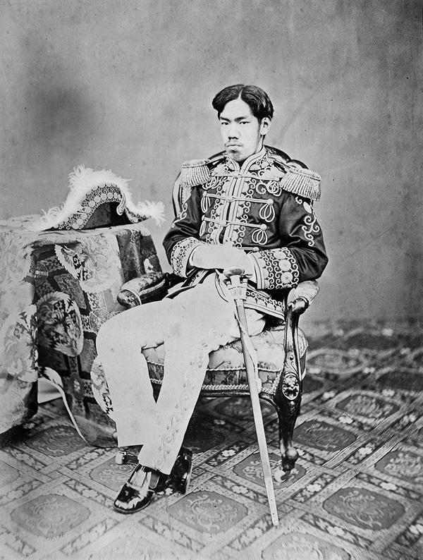 메이지 천황(明治天皇) 일본의 122대 천황. 1852년 태어난 그는 1867년 1월 30일 천황 자리에 올랐고 1912년 7월 30일 사망했다. 메이지 유신을 통해 일본 근대화와 부국강병에 기여한 군주로 평가받아 일본에서는 '대제'(大帝) 또는 '성제'(聖帝)로 칭하기도 한다.
