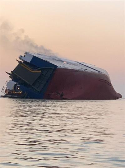 """외교부 """"미국 해상 전도선박 기관실서 한국민 4명 확인... 구조작업중"""" (서울=연합뉴스) 미국 조지아주 해상에서 전도된 차량운반 '골든레이호'. 외교부는 8일 미국 해상에서 현대글로비스 소속 자동차운반선인 '골든레이호'가 전도된 사고와 관련해 한국민 4명에 대한 구조작업을 벌이고 있다고 밝혔다. 2019.9.9 [미 해안경비대 트위터 캡처. 재판매 및 DB금지]"""